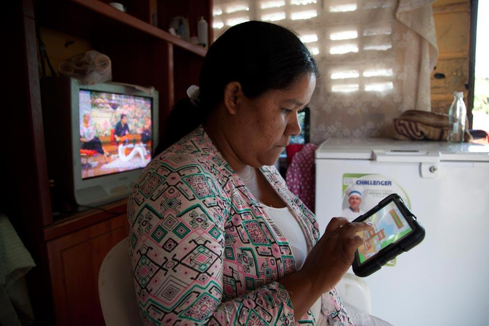 Tablet-financial-education-colombia.jpg